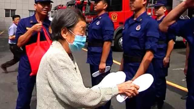 85岁**缝300双鞋垫送消防员,队员:像小时候妈妈缝的