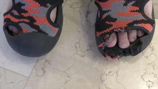 """重庆6岁男童乘扶梯鞋尖被""""咬掉"""",孩子吓得说不出话"""