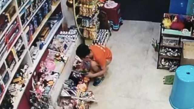 男孩猫腰进店避开红外提醒偷玩具,店主:没报警