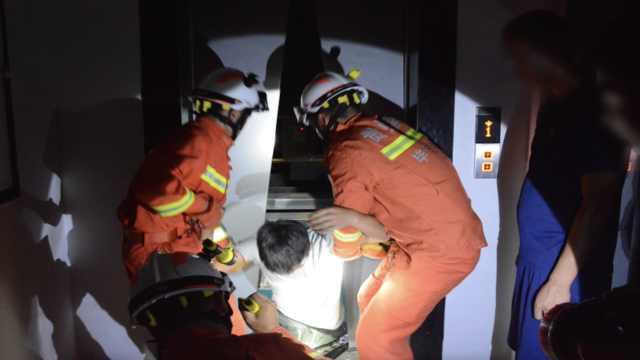 贵州毕节两酒友打闹撞停电梯,同行6人被困