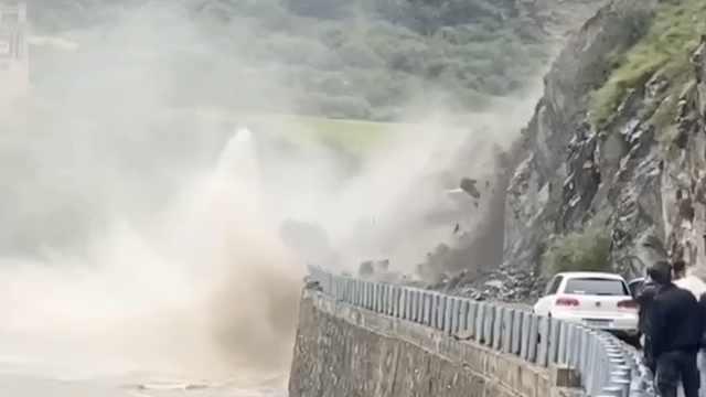 实拍四川一国道山体滑坡,大量巨石滚落河中,几米外停着轿车