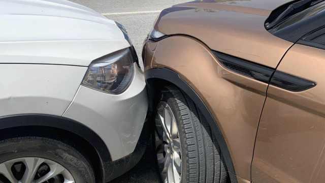 女子路虎撞车后发动机异响,保险公司拒赔:异响与撞击无关