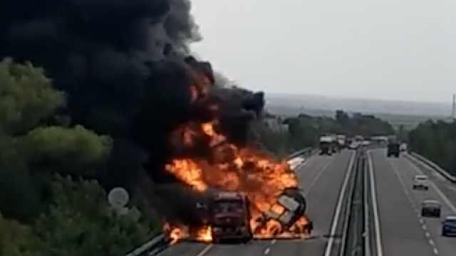 陕西一高速路油罐车追尾大货车起火,黑烟滚滚