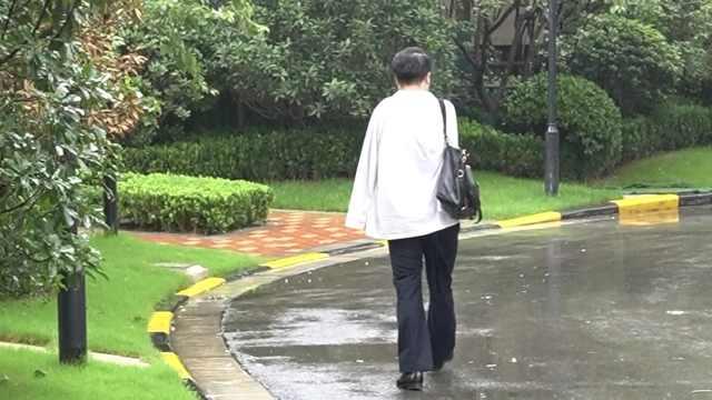 无臂男求职屡遭拒自己创业当老板:打不了伞,只能冒风雨前行