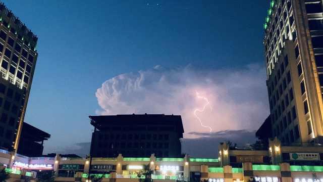 奇幻!北京天空现雷暴云:一边晴天一边电闪雷