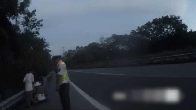 女子高速路上推着婴儿车,自称浙江去四川,已