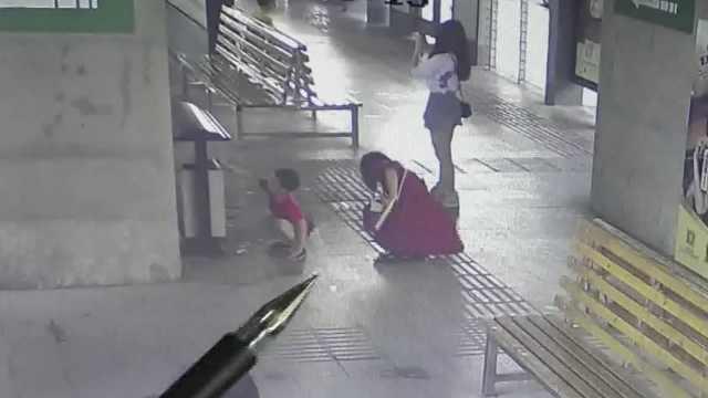男孩主动捡起车站纸屑妈妈加入帮忙,获点赞后乖巧回礼