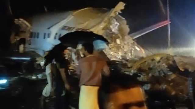 印度一客机降落时冲出跑道断成两截,有大量人员伤亡