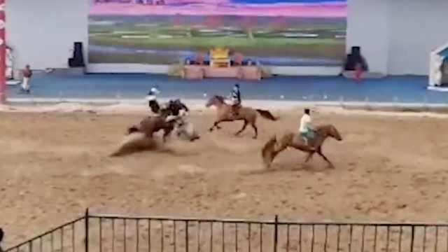 河北一景区表演时两匹马迎面相撞,演员瞬间飞