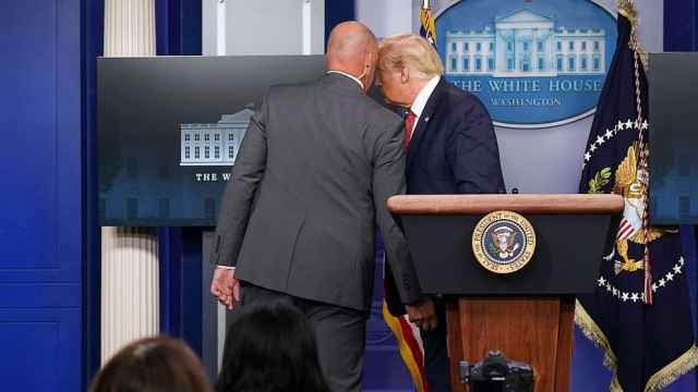 白宫附近发生枪击,发布会中特朗普被特勤带离