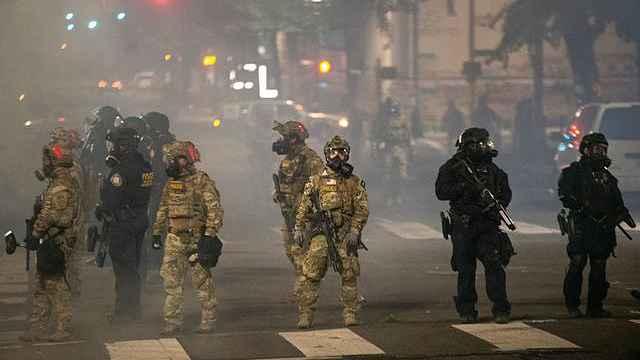 独家纪录波特兰抗议夜,抗议者:联邦执法者是