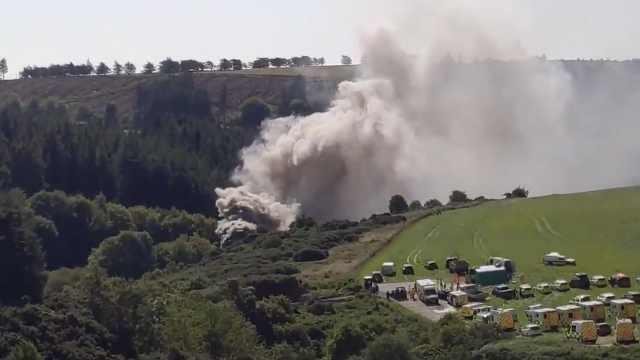 苏格兰发生火车脱轨事故,现场浓烟滚滚,伤亡