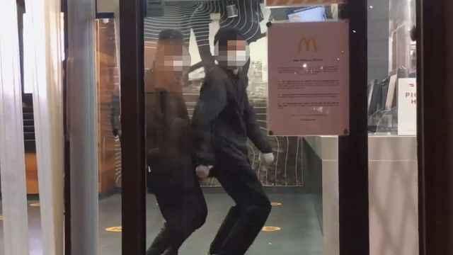 墨尔本宵禁期间,三名中国留学生去麦当劳拍v