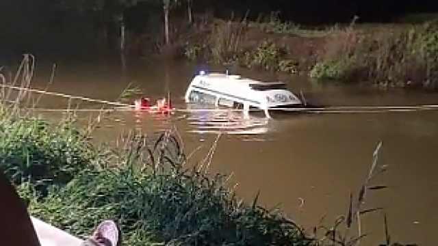 120急救车冲进水渠内被困,目击者:掉落处是个