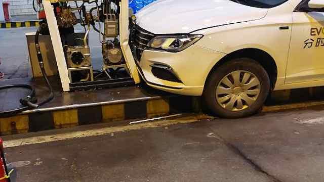 加油站内轿车忽然提速!撞人、碰车、怼上加油机才停下