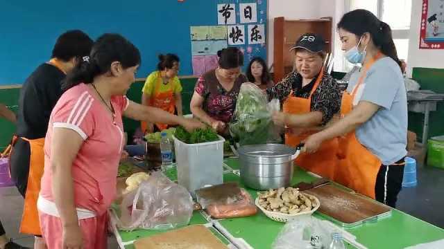 数十位教师每天为抗洪救援队做千份热饭:让他们吃饱心里踏实