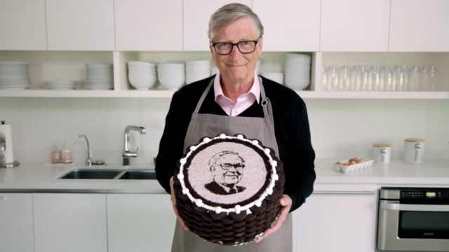 盖茨亲手做蛋糕祝福巴菲特90岁生日,好甜!