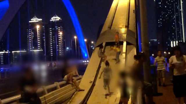 家长带娃把大桥当滑滑梯,路人直呼太危险