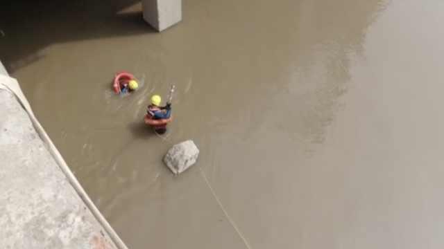 重庆一男子清淤时坠入长江,救援人员潜浑水中一寸寸摸