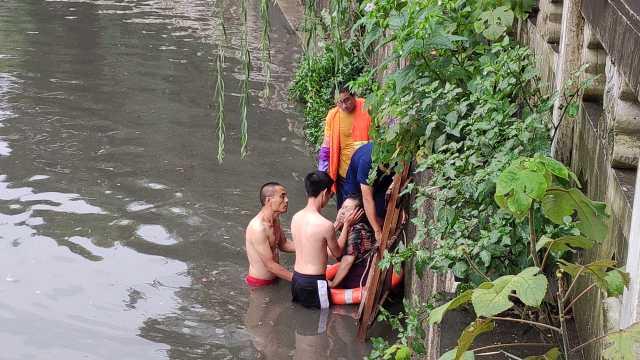 最潇洒的背影!老太不慎落水,3男子救人后不留名渡河离开