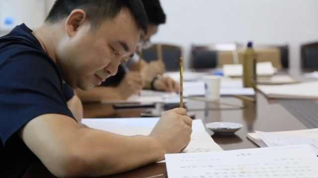 书法老师为书法专业新生手写通知书:都在用机器,手写被忽视