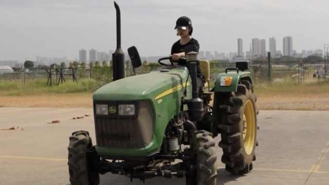 华农学生考拖拉机倒库:女孩也稳过,大学老师变驾校教练