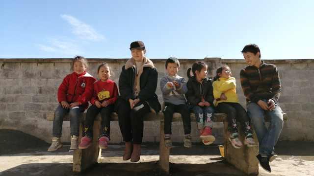 支教情侣扎根云南山村,背篓背书3小时进山,视频记录孩子成长
