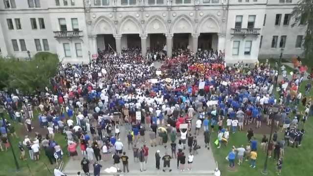 美国康州取消橄榄球赛季,近千名学生老师围堵
