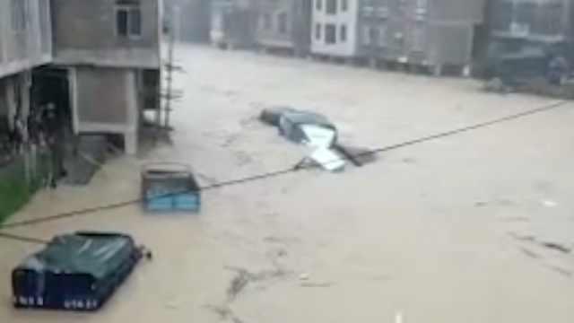 柳州三江遭暴雨侵袭,一房屋被山洪冲毁