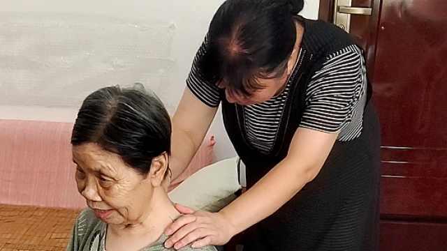 女子照顾82岁独居老人5年,送药送饭帮按摩,老人给她门钥匙