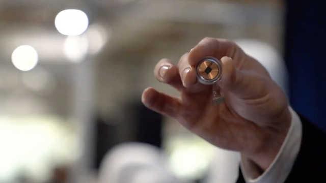 马斯克称智能手表手机是过时技术,脑机接口才