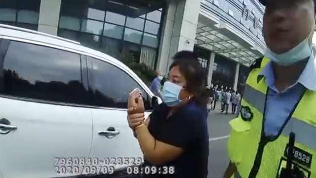 女子误砍两根手指只带了一根去医院,民警一路