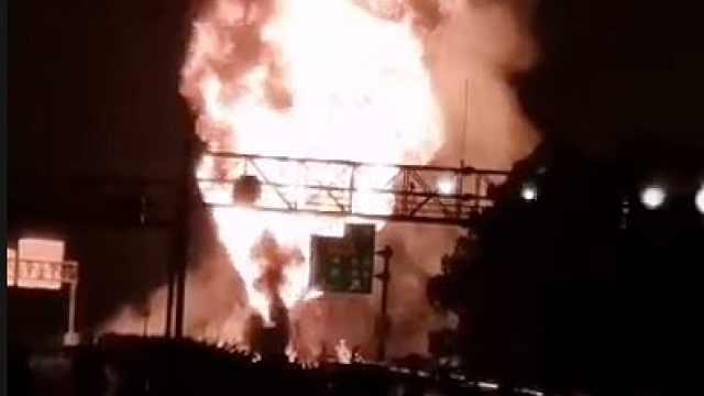 槽罐车高速路上被追尾起火:装载32吨汽油添加剂