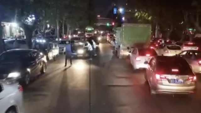点赞!出警遇道路拥堵,3名市民为消防车疏导交