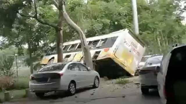 广州一公交车坠下高架桥底,公交公司:故障车送修时滑落