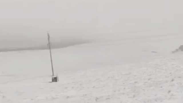 内蒙古入秋迎来首场降雪,草场被覆盖雪深2cm