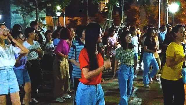 千名大学生每晚宿舍楼下跳广场舞,宿管阿姨来指导