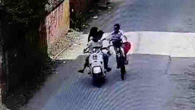3名拉拽骑车女孩肇事者已找到,女孩父亲:事发时因让路争吵