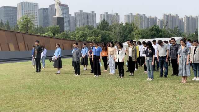 """南京举行""""九一八事变""""89周年纪念仪式:市民集体向英烈默哀"""