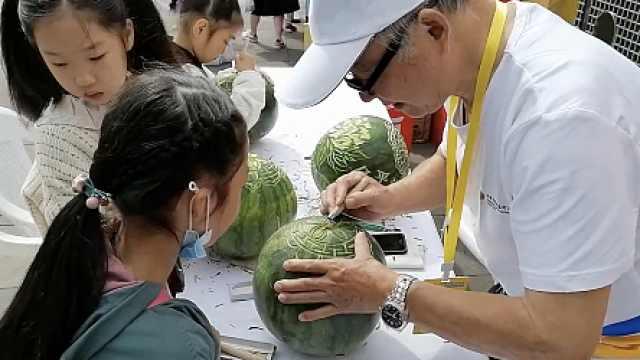 惟妙惟肖!8旬大爷称雕刻西瓜灯30年,曾受邀世博会现场创作