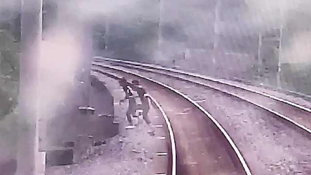 画面惊心!两小孩为拍短视频站铁路线路中间,列车紧急停车