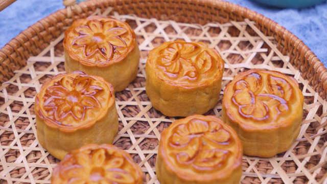 超详细的广式莲蓉蛋黄月饼做法,不开裂回油快,看一遍就会!