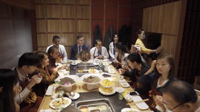 七国外交官国庆前吃火锅:称小油条为面包,涮锅要七上八下