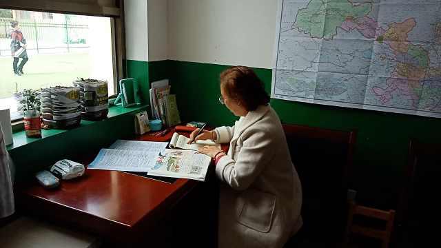 64岁退休教师重返女儿支教地当老师:想把毕生所学奉献给这里