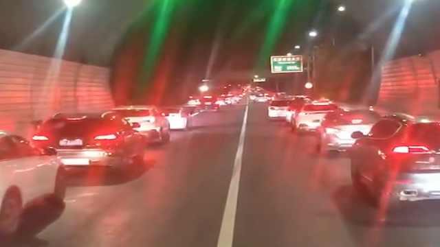 高速车龙中小车起火,一司机主动疏导车流为消防车让道