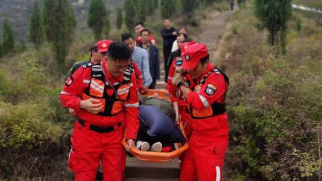 70岁老人山顶突昏迷,11名小伙45分钟接力抬到山脚