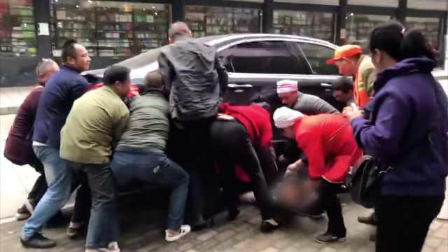 6岁男孩被卷入车底,路人15秒抬车救人