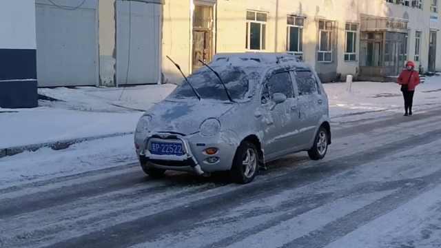 大兴安岭大雪气温降至零下10度,小车被冻上霜,防寒用品热销