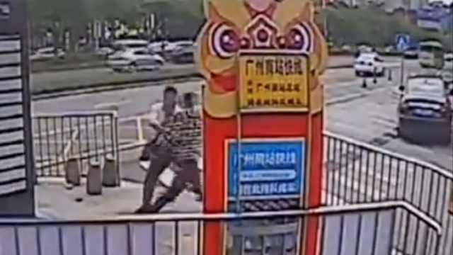 街头偶遇警察抓人,公交职员一脚绊倒嫌疑人