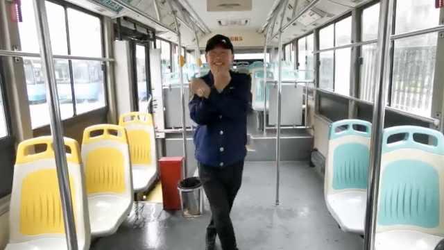 公交司机4年每天跳鬼步舞称减压保出车安全,女同事帮纠正舞姿